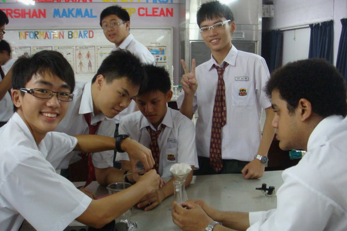 Ying Long, Ching Sheng, Yi Jing, Sui Sin and Alvin are preparing for the next step - Distillation - to separate water and ethanol.