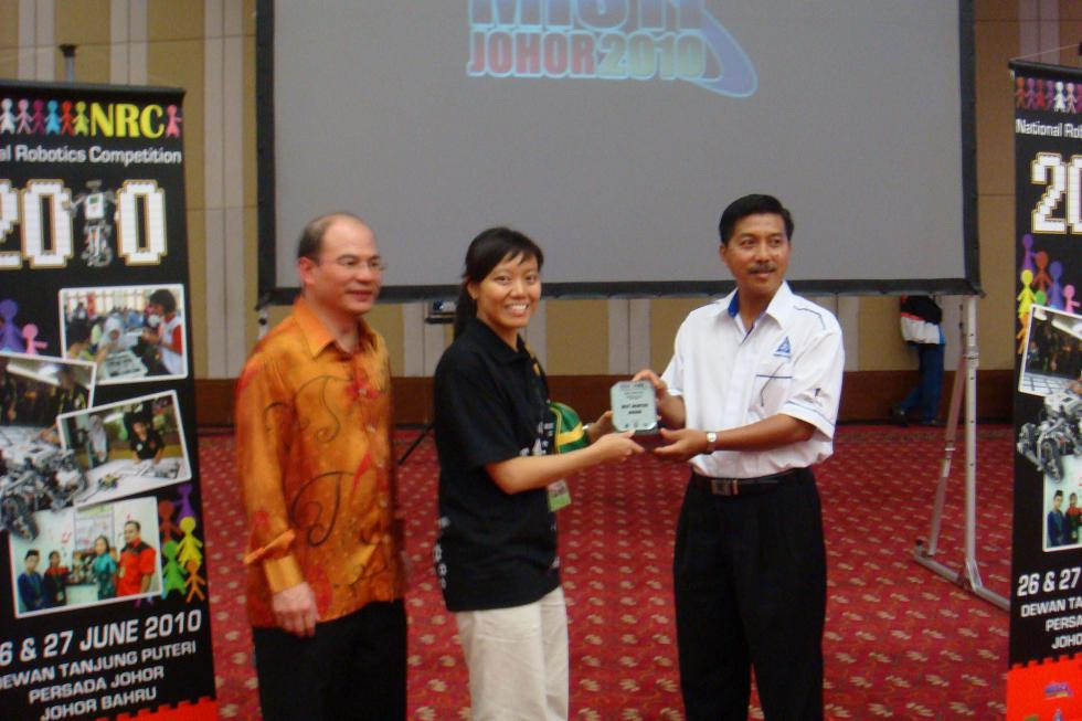 Figure 3: Berry Berry Teacher collecting her NRC 2010 Best Mentor (Johor State Level) award.