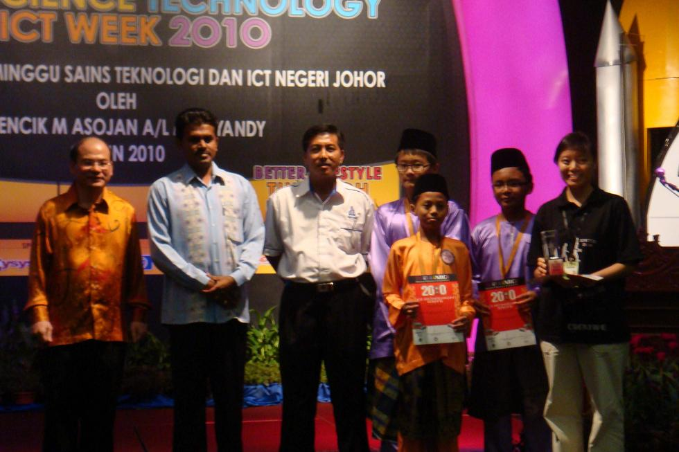 The open category team from SMK Dato Jaafar with their bronze medal in the Lower Secondary Open Category in the NRC 2010 Johor State level.