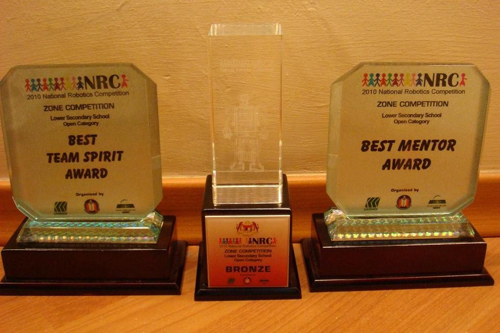 The spoils of victory from the NRC 2010 Johor State level competition. Good job done from all the competitors of the SMK Dato Jaafar Robotics Club.