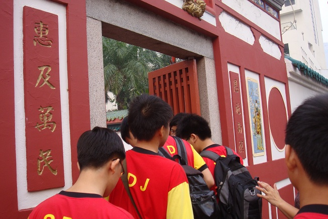 Figure 3: SDJ students went in to the Johor Bahru Old Chinese Temple
